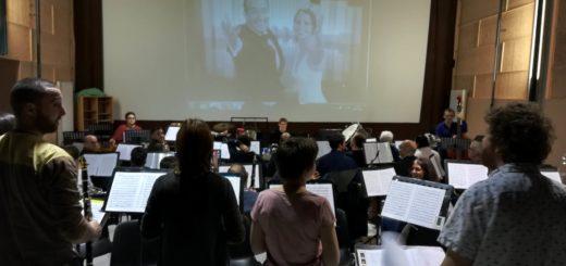 Musiciens en répétition devant l'écran